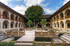 上部商队投宿的旅舍内在庭院的看法在Sheki 阿塞拜疆 免版税库存照片