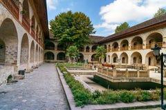 上部商队投宿的旅舍内在庭院的看法在Sheki 阿塞拜疆 免版税库存图片