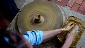上部女孩洗在面盆的手并且做泥罐 股票录像