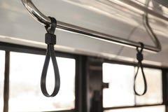上部扶手栏杆在公共汽车上 公共汽车把柄 在扶手栏杆的黑皮带在公共汽车上 免版税库存图片