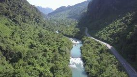 上部有急流的看法狭窄的河在峡谷和高速公路 股票视频