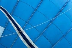 上部的巨大为飞行生动的蓝色热空气气球准备 纹理和样式 现代背景,文本的地方 库存照片