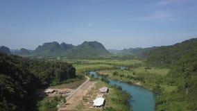 上部看法宽谷河路和村庄大厦 影视素材