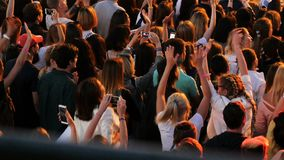 上部看法音乐迷人群在傍晚跳舞 股票录像