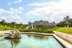 上部贝尔维德雷宫和喷泉在维也纳,奥地利 图库摄影