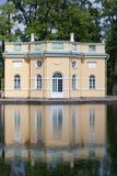 上部他们的镜子池塘的银行的陛下亭子低谷或Mylnya  24凯瑟琳中心系列前面的皇家km贵族公园彼得斯堡住宅俄国selo南st tsarskoye访问 普希金(Tsarskoye Selo) 皮特 库存图片