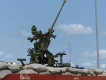 上部Pyshma,俄罗斯- 2016年7月2日:有高射炮的铁路平台 免版税库存图片