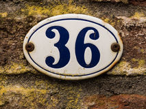 上釉的老房子号码36 库存图片