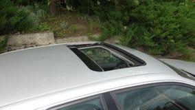 给上釉的黑舱口盖-滑W211亭子遮阳篷顶,米黄皮革内部,金属油漆,鸟瞰图, 免版税库存照片