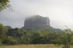 登上锡吉里耶在一个夏日的薄雾 斯里南卡 免版税库存图片