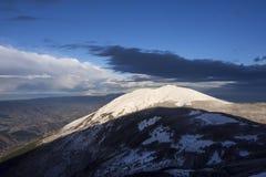 登上阿库托在日落在冬天,翁布里亚,亚平宁山脉,意大利 免版税库存照片