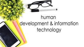 从上面、桌与文本`人的发展一起使用和信息技术`的看法 库存图片