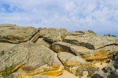 上面其中一红砂岩在Papago公园在有它的许多洞的坦佩亚利桑那 免版税图库摄影