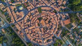 从上面布拉姆中世纪村庄空中顶视图,南法国 库存图片