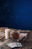从上面打牌的老木桌 免版税库存照片