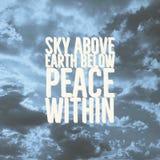 上面激动人心的行情`天空,下面地球,在`内的和平 免版税库存照片