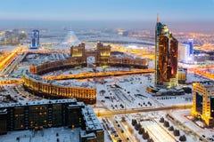 从上面的看法在与运输KazMunaiGaz塔和办公室的一个圆的正方形 在距离有中心可汗Shatyr 免版税库存照片
