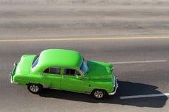 从上面的绿色经典老美国汽车 免版税库存照片