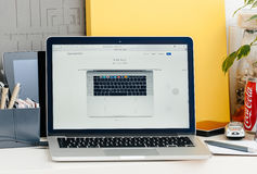 从上面被看见的新的MacBook赞成视网膜 库存照片