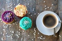 从上面被看见的杯形蛋糕和咖啡 免版税库存照片