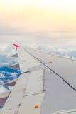上面飞机飞行的翼 免版税库存照片