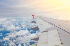 上面飞机飞行的翼 库存照片