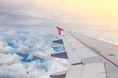 上面飞机飞行的翼 免版税库存图片