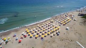 从上面鸟瞰图的黑海海滩 图库摄影