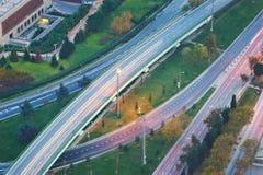 上面鸟瞰图高速公路在日落的公路交叉点 相交的高速公路路天桥 伊斯坦布尔 免版税库存照片