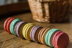 从上面结块macaron或蛋白杏仁饼干在绿松石背景, col 免版税库存照片