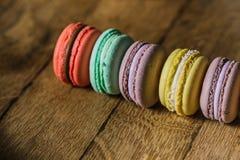 从上面结块macaron或蛋白杏仁饼干在绿松石背景, col 免版税图库摄影