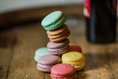 从上面结块macaron或蛋白杏仁饼干在绿松石背景, col 库存图片