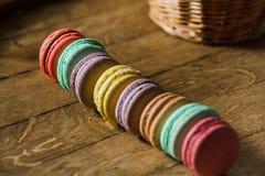 从上面结块macaron或蛋白杏仁饼干在绿松石背景, col 免版税库存图片