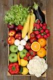 从上面购物在市场水果和蔬菜在箱子 库存照片