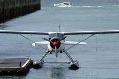 水上飞机停泊在Aucklnad高架桥港口-新西兰 库存图片