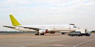 上飞机的柬埔寨为柏油碎石地面服务 免版税图库摄影