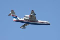 水上飞机Beriev在飞行中是200 库存照片