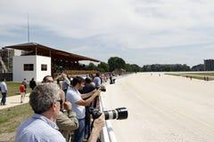 上马具的赛马比赛路线 图库摄影