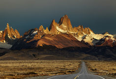 登上费兹罗伊在日出,巴塔哥尼亚,阿根廷 库存照片