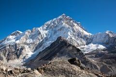 登上从珠穆琅玛营地,尼泊尔的Nuptse视图 免版税库存照片