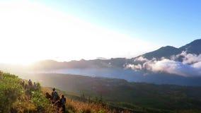 从登上Batur火山,日出的巴厘岛的美好的全景 股票视频