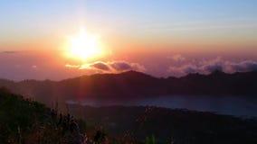 从登上Batur vulcano的美好的日出有在Batur湖,巴厘岛的一个看法 股票录像
