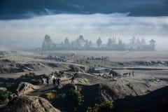 从登上Bromo火山口的Candi Bentar寺庙  图库摄影