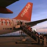 上EasyJet空中巴士A319的乘客 图库摄影