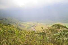 登上galunggung火山口  免版税图库摄影