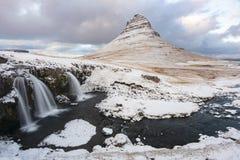 登上Kirkjufell在雪下薄层在冬天 免版税库存照片