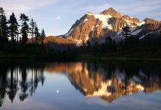 登上Mt Shuksan高山Picture湖北部小瀑布 免版税库存照片