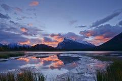 登上Rundle和在Aut的银朱的湖反射 库存照片