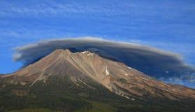 登上Shasta和双突透镜的云彩 免版税库存照片
