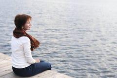 上sittng水妇女木头 免版税库存图片